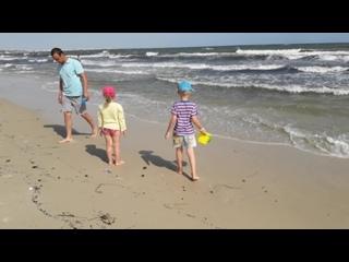 Тунис. Настя и Саша поймали медузу