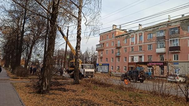 По проспекту Ленина начали убирать столбы ЛЭП. Буд...