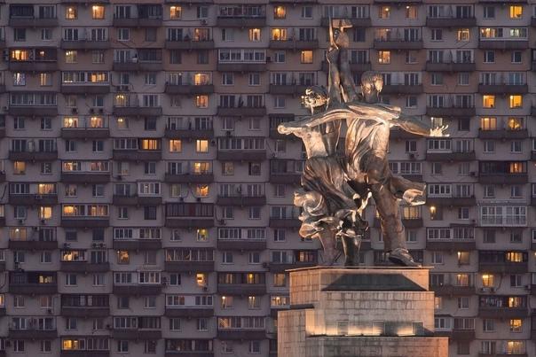 Рабочий и Колхозница вглядываются в московские окн...